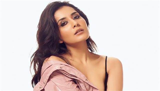 south actress rashi khanna is helping the needy people